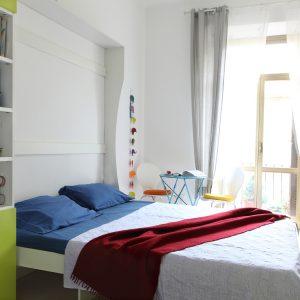 apertura manuale nel letto a parete,molto leggera e pratica