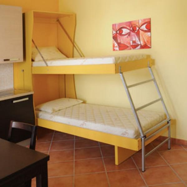 le foto inviate dal cliente della consolle bed in tinta con la parete posteriore di fissaggio