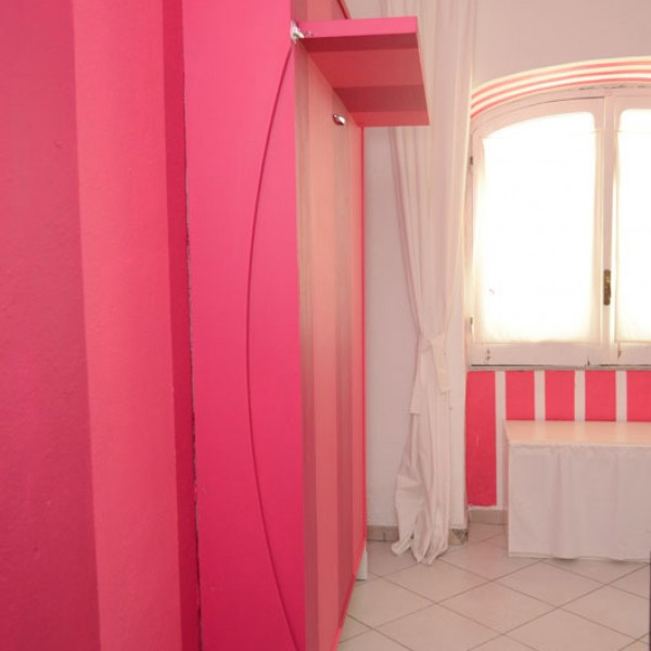 letto a scomparsa decorato tono su tono della parete