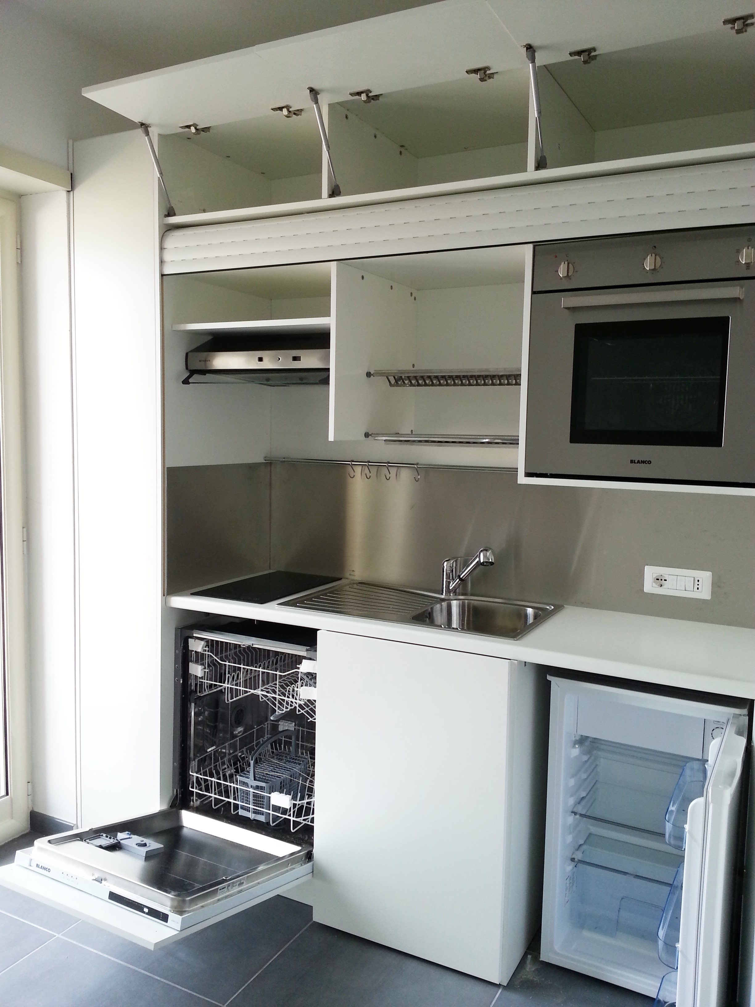 Cucina completa di tutto lavastoviglia forno in armadio for Armadio cucina