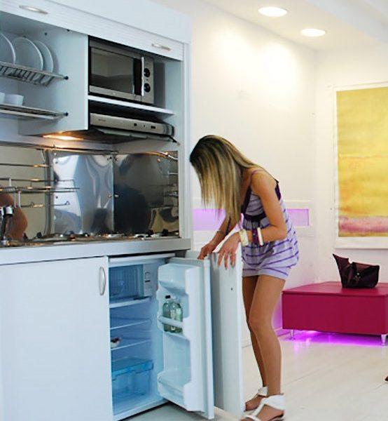 Cucina salvaspazio con frigo