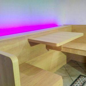 Proposto nella versione impiallacciato  legno noce tanganica naturale non trattato, vista del tavolo con le due sedute.