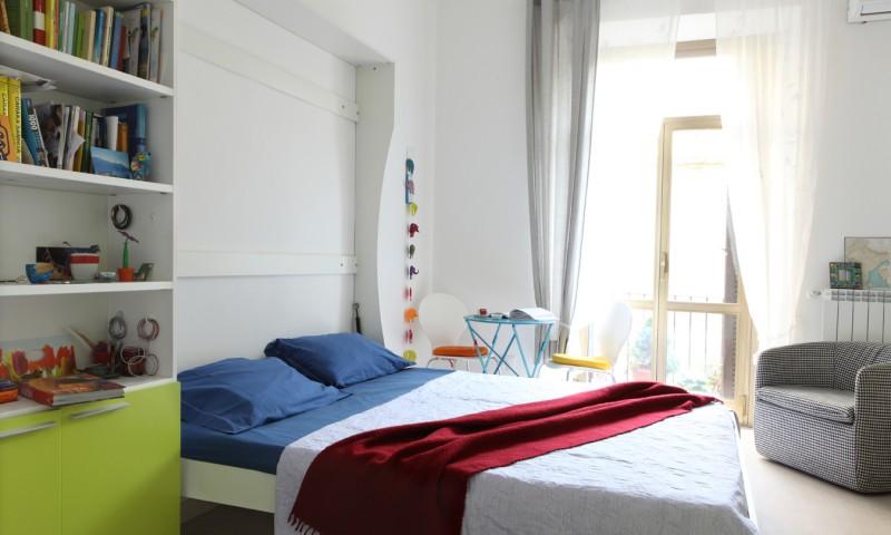 letto matrimoniale salvaspazio a parete, vista del letto aperto nell'ambiente multifunzione