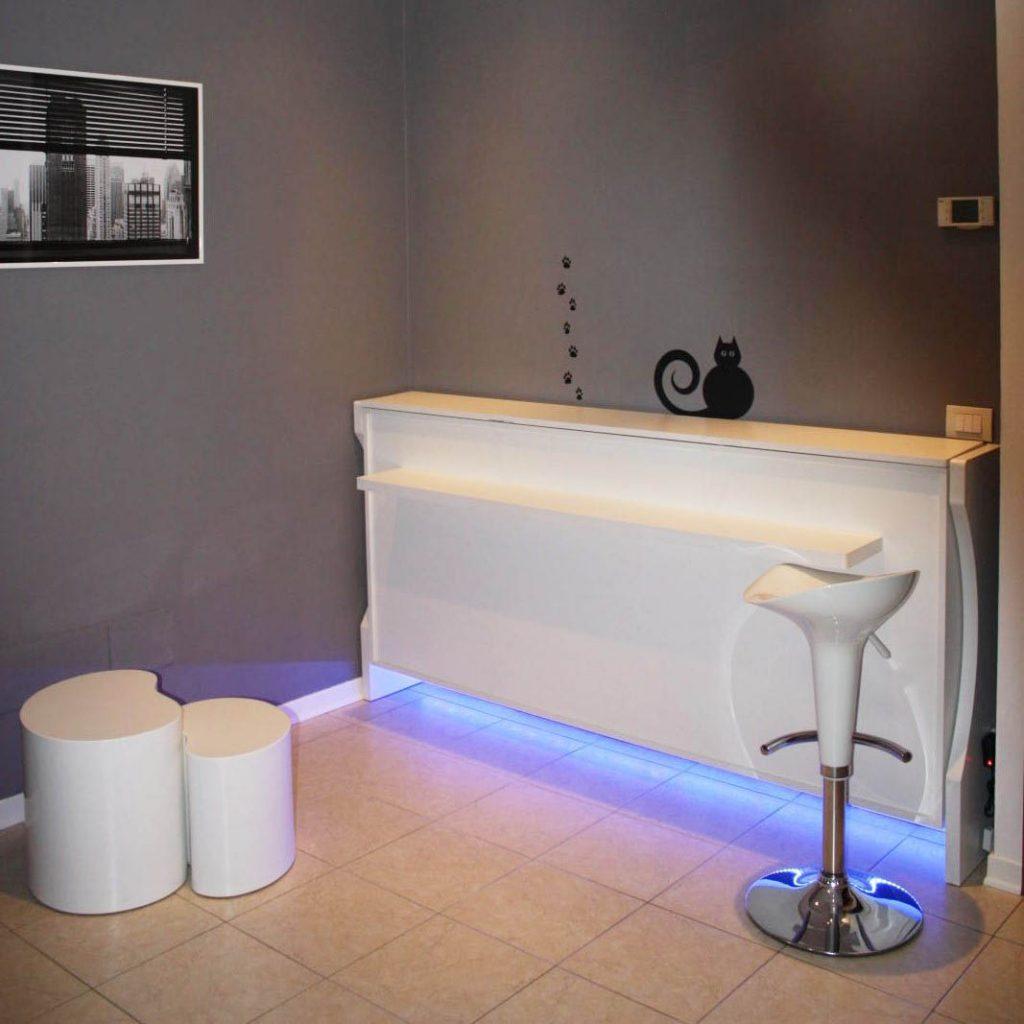 letto singolo a scomparsa decorato con led, apertura orizzontale, vista chiusa come mobile consolle