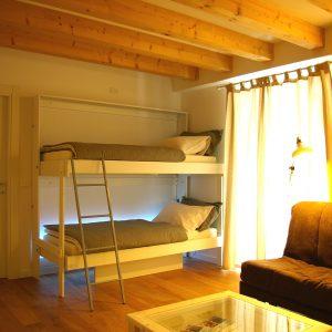 Letto a scomparsa a castello in legno, vista aperta del letto a muro con la sua scaletta
