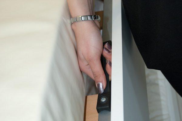 alzata del letto con la maniglia a scomparsa