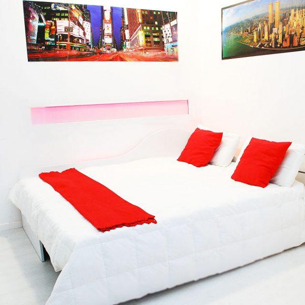 divano letto matrimoniale composto dal letto singolo estraibile, dettagli il pannello di chiusura del letto a discesa al pavimento