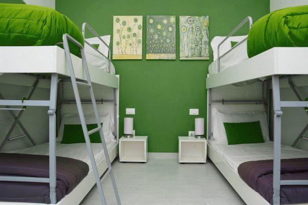 letto singolo aperto a castello nella versione doppia per quattro posti letto\