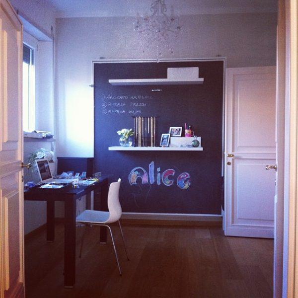 letto matrimoniale a parete, elemento di contrasto con la parete sottostante, rivestimento con pittura all'ardesia