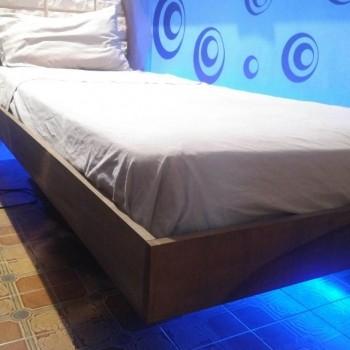 LA BASE LETTO COMPLETA DEL GIROLETTO in legno alto circa 12cm, inserito sull'intero perimetro della base letto