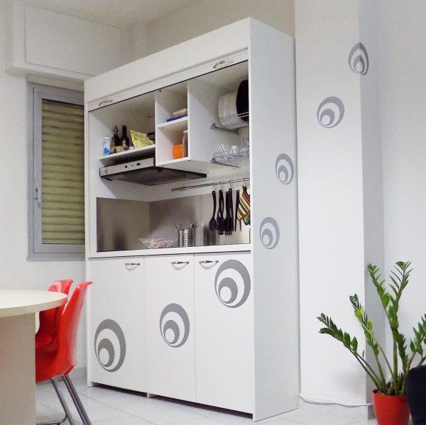 la cucina a scomparsa in armadio da 154 cm, qui vista aperta